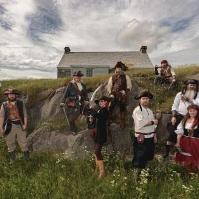 L'équipe de pirates nommée les les Raiders of the Avalon Pirate Crew sont placés devant un maison, dans une vallée.