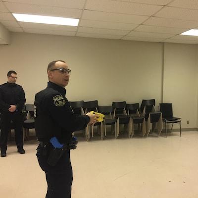 Un policier avec un pistolet à décharge électrique