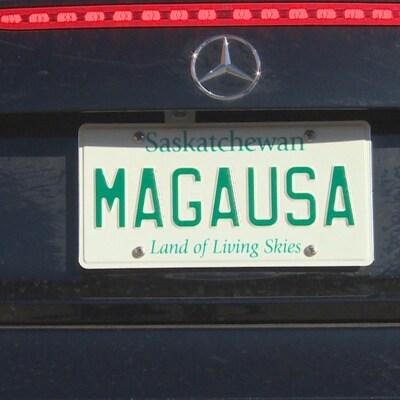 Vue de la plaque d'immatriculation à l'arrière d'une voiture de marque Mercedes