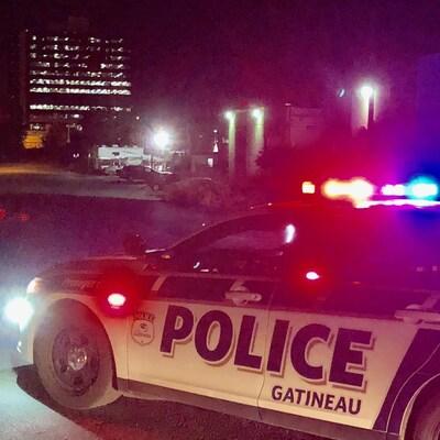 Une voiture du Service de police de la Ville de Gatineau dans la nuit.