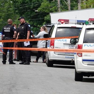 Des policiers du SPVM déployés dans la rue.