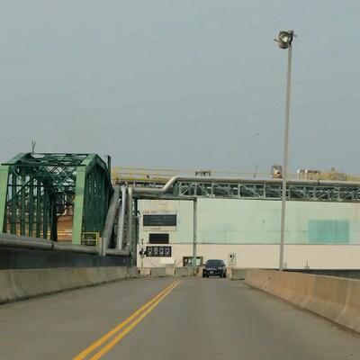Le pont est composé d'un chemin de fer et de deux voies routières.