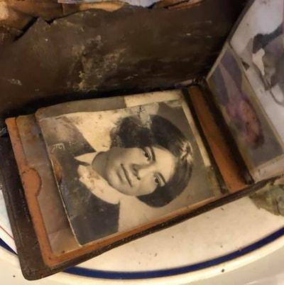 Un portefeuille datant d'une cinquantaine d'années a été retrouvé dans les murs du restaurant Le Continental, à Québec, lors de travaux.