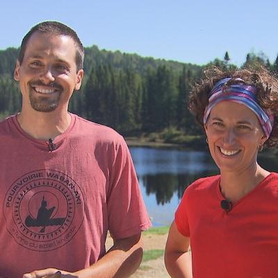 Bruno Caron et Katerine LaCavalier sourient, on aperçoit un lac en arrière-plan.