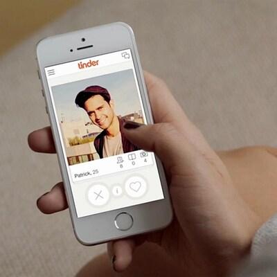 Image tirée d'une vidéo promotionnelle de Tinder. On y voit une personne utiliser l'application sur son téléphone.