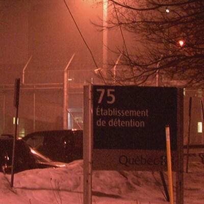 Les clôtures qui entourent le centre de détention.
