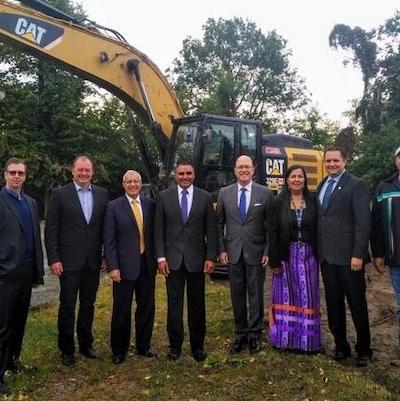 Des représentants du gouvernement conservateur de Doug Ford avec des représentants du centre d'amitié autochtone de North Bay.