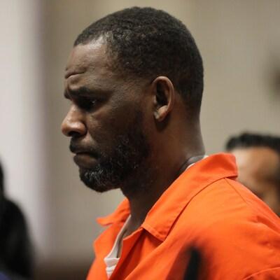 R. Kelly porte une tenue orange de prisonnier.