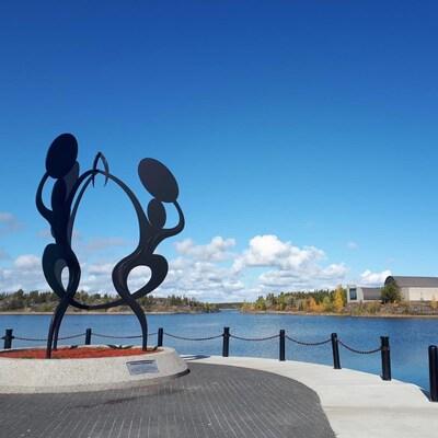 La sculpture « Unis dans la célébration », se trouve à Yellowknife, dans les Territoires du Nord-Ouest.