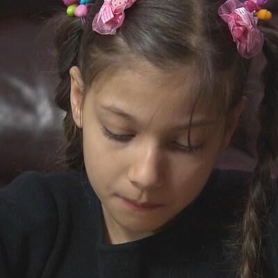 Une jeune Syrienne en train de dessiner.
