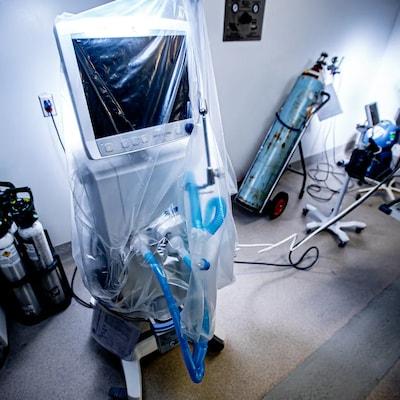 Un respirateur artificiel sous un plastique.