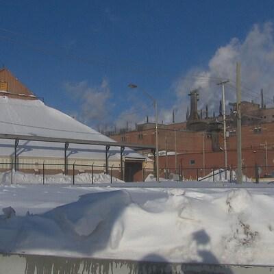 L'arrière du Complexe Jonquière sous la neige.