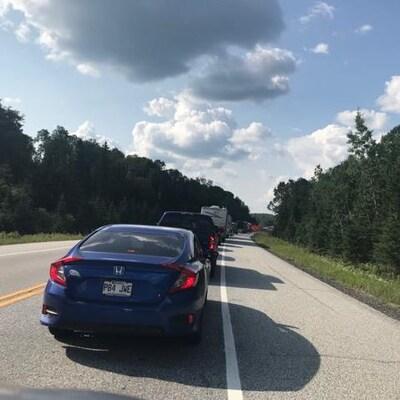 Une longue file de voitures ralentit la circulation sur la route 117.