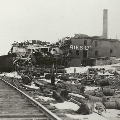 La brasserie Army and Navy après l'explosion d'Halifax, lourdement endommagée.