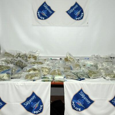 Des sacs contenant du cannabis et de l'agent.