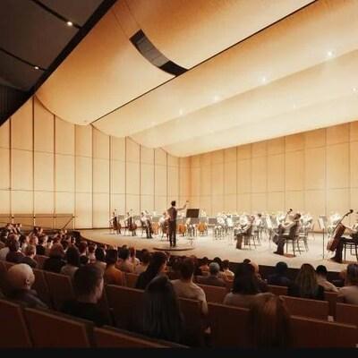 Une salle avec un orchestre et un publc.