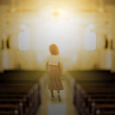 Une femme est au milieu d'une église vide.