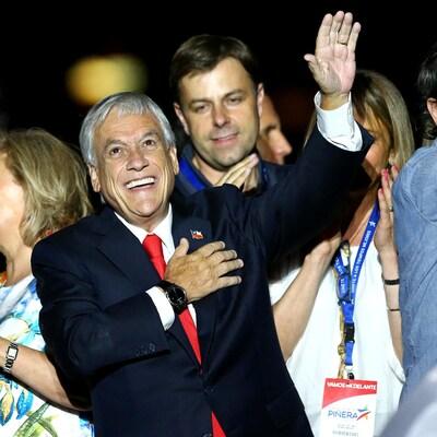 Sebastian Piñera souriant et levant le bras après sa victoire à la présidentielle