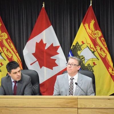 Les politiciens en conférence de presse à Fredericton.