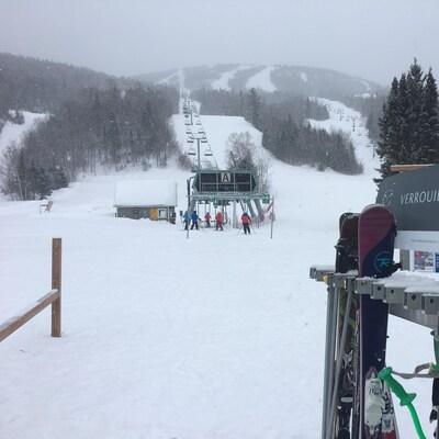 Des skieurs sont sur le point d'emprunter un remonte-pente.