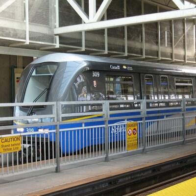 Un train du réseau de transport sur rail de TransLink.