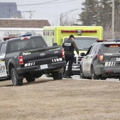 Des voitures de la Sûreté du Québec et une ambulance.