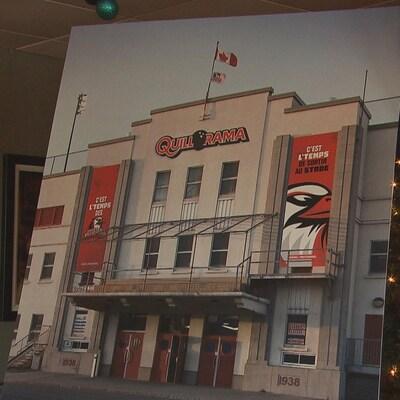 Une photo du stade de baseball des Aigles, avec le nouveau, Quillorama en haut de la façade.