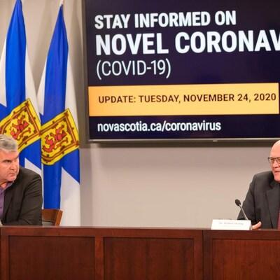 Stephen McNeil (gauche), premier ministre de la Nouvelle-Écosse, et le docteur Robert Strang (droite), médecin hygiéniste en chef de la Nouvelle-Écosse, le 24 novembre 2020 à Halifax.
