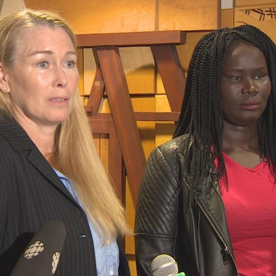 Plan moyen de Suzanne Daley et de Rita Baboth parlant aux médias.