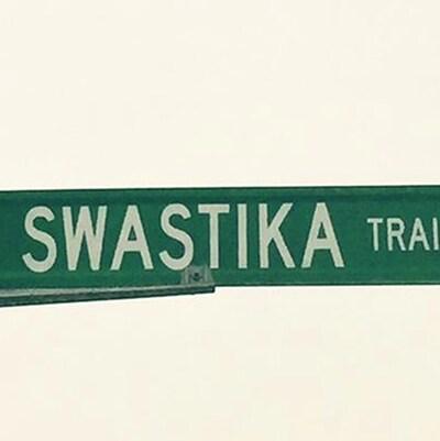 Le panneau indiquant Swastika Trail