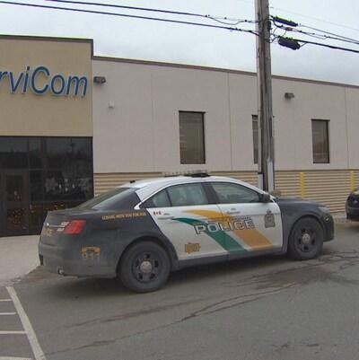 Deux voitures de police garée devant l'édifice