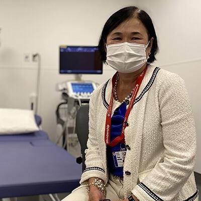Une médecin masquée dans une salle d'examen à l'hôpital.