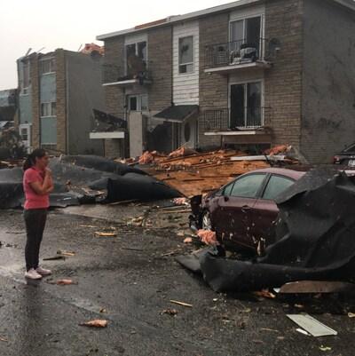 De nombreux débris sur la rue.