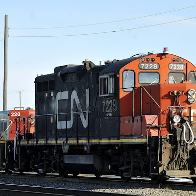 Une locomotive du CN sur un chemin de fer.