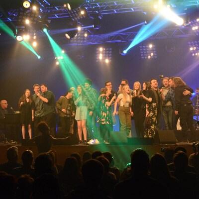 Des artistes du Tremplin de Dégelis chantent sur scène.