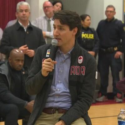 Le premier ministre Justin Trudeau répond aux questions des élèves.