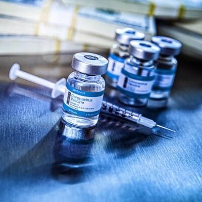 Des fioles de vaccins posées sur une table.