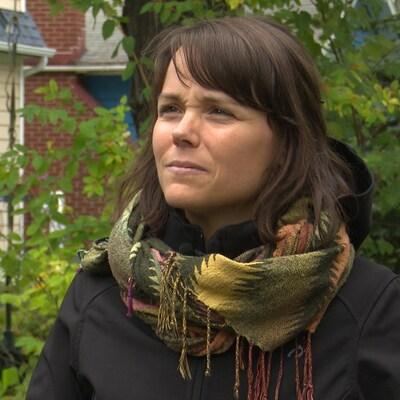 Une femme accorde une entrevue à la caméra.