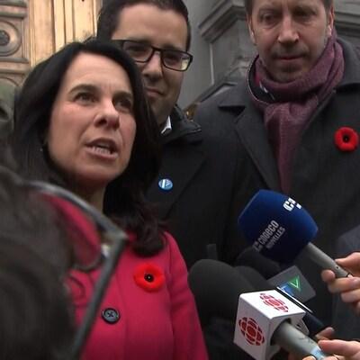 Valérie Plante a rencontré les médias sur le parvis de l'hôtel de ville.