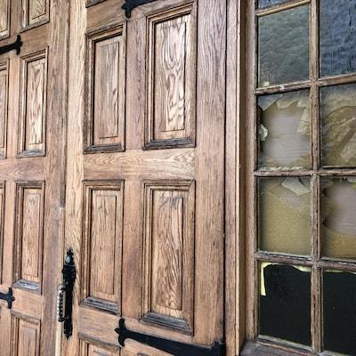 Des vitraux fracassés.