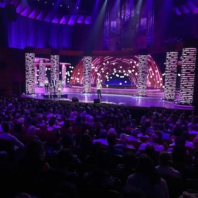 Des spectateurs regardent l'animatrice Véronique Cloutier qui est sur scène.