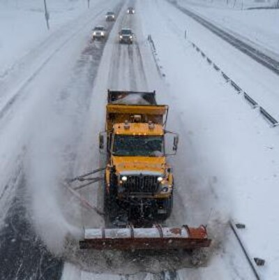 Un chasse-neige sur la route