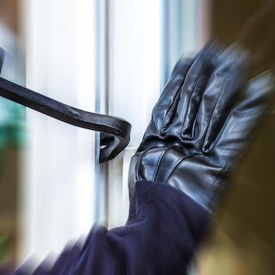 Un voleur brise une porte