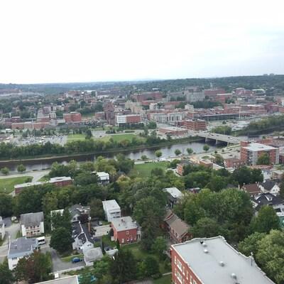 Le centre-ville de Sherbrooke vu des airs.