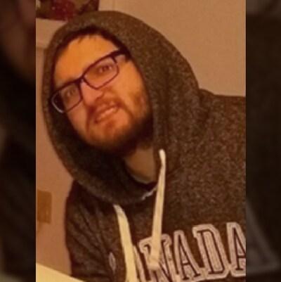 Yan Labonté, 24 ans, porte un gilet capuchon avec les inscriptions Canada