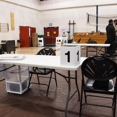 Une table et des chaises vides dans un gymnase.