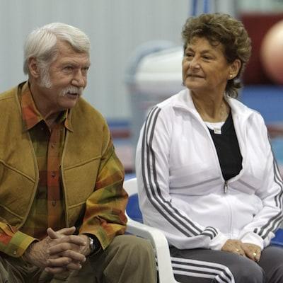 Martha Karolyi regarde son mari Bela dans la salle d'entraînement de gymnastique de leur ranch, en 2011.