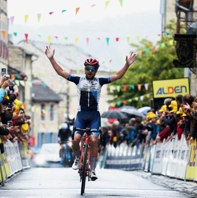 Un cycliste lève les bras en triomphe