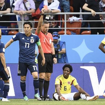 L'arbitre Damir Skomina expulse le milieu colombien Carlos Sanchez (6).