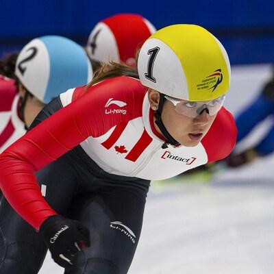 Courtney Sarault mène un groupe de patineuses